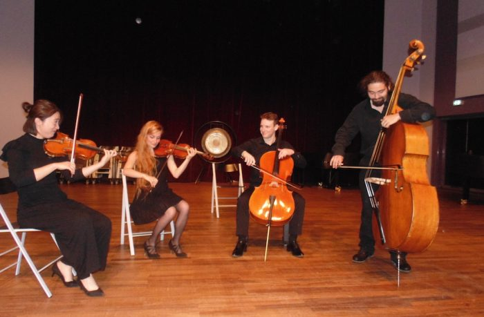 Jeunes musiciens sur scène