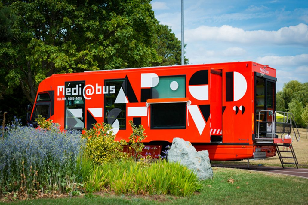 Photo du Médiabus dans le parc Robert Ballanger