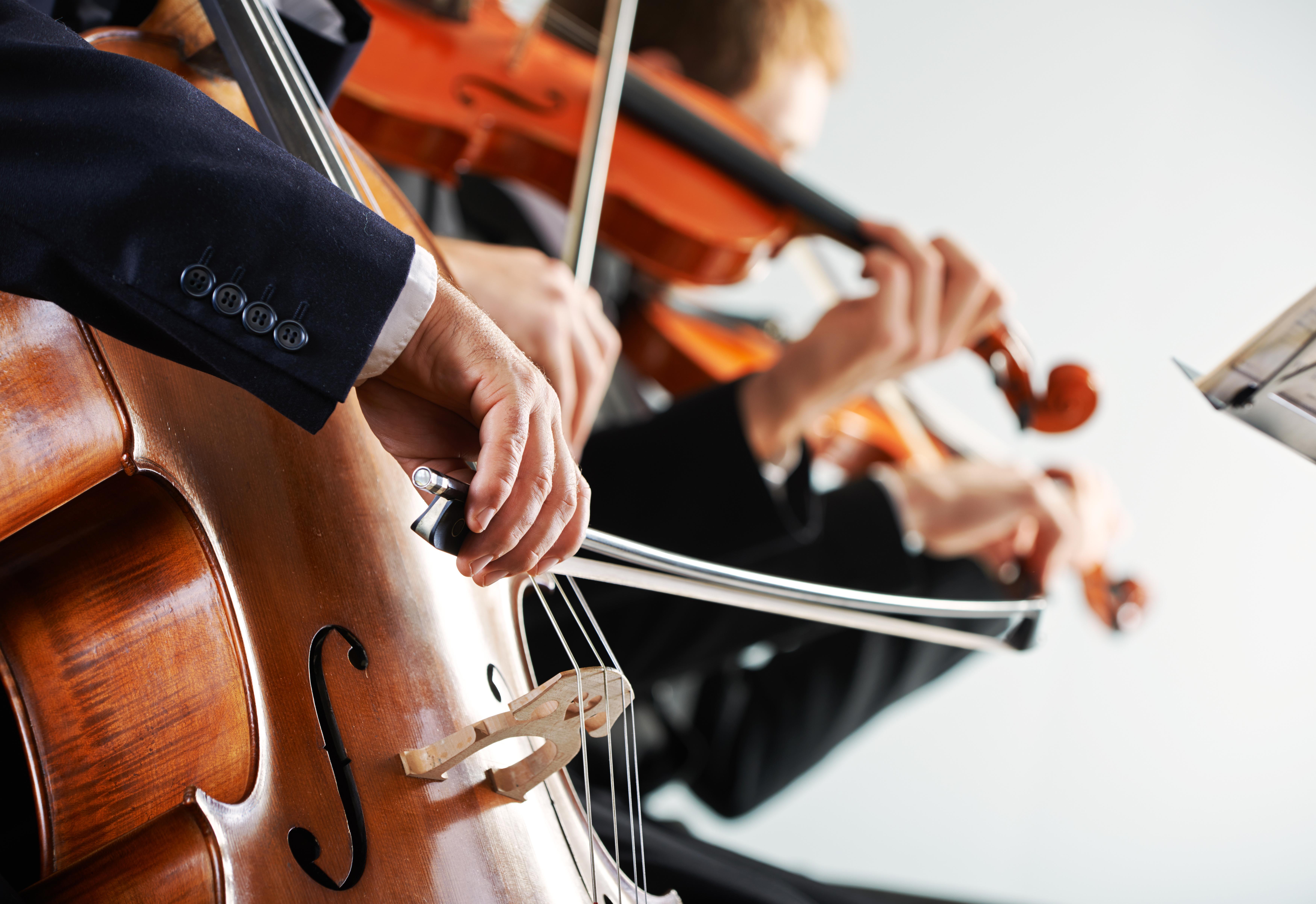 Violoncellistes et violonistes jouant lors d'un concert