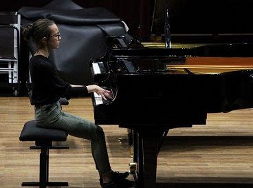 Carte blanche élève qui joue du piano